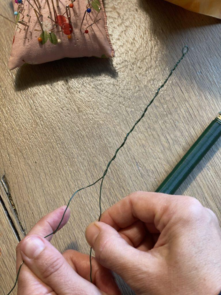Waldorf-Laterne basteln Schritt 6: Draht für Tragebügel verdrillen