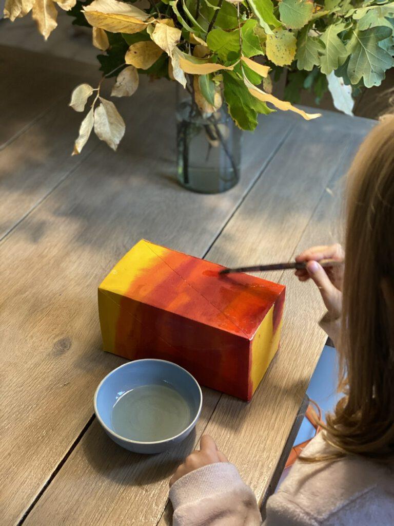 Waldorf-Laterne basteln Schritt 4: Laterne wird von Kind eingeölt, auf Holztisch