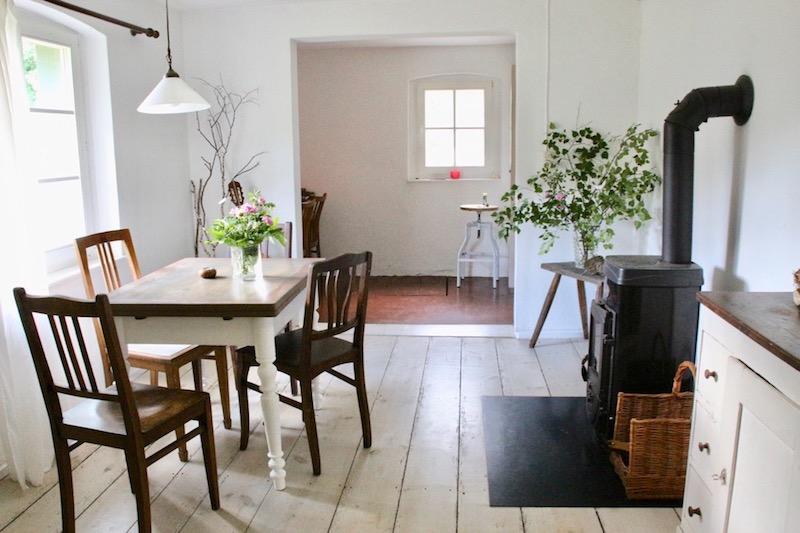 Esszimmer mit Holzofen und altem Tisch