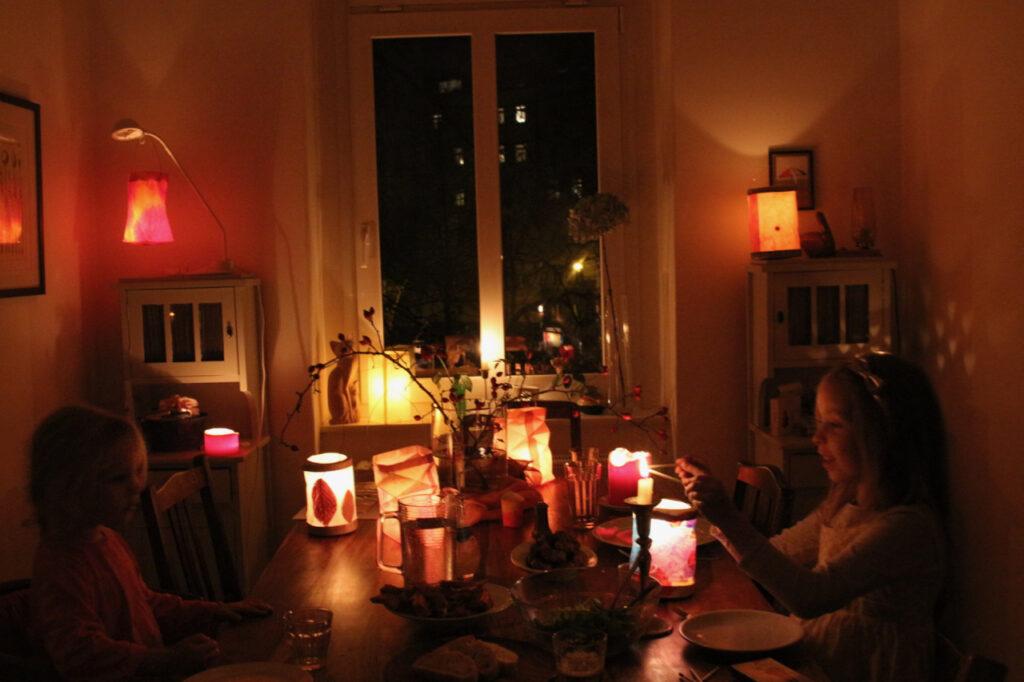 Zimmer mit ca. 15 Laternen auf dem Tisch in der Mitte und auf zwei Kommoden in der Ecke