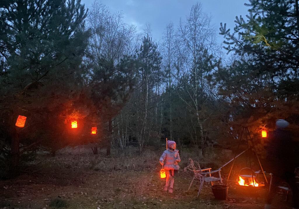 Mehrere Laternen rund um eine Feuerstelle