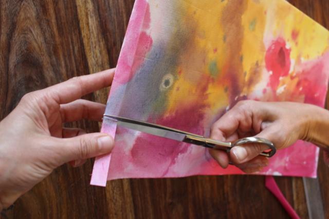 Waldorf-Laterne Schritt 2, Ecke von gefaltetem Papier abschneiden