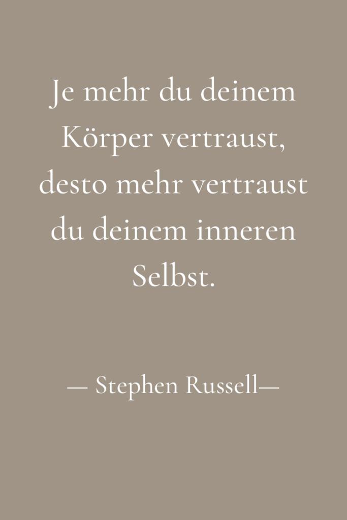 """Text zum Thema Körperliebe und Körpervertrauen, weiß auf beigem Hintergrund: """"Je mehr du deinem Körper vertraust, desto mehr vertraust du deinem inneren Selbst."""" Stephen Russell"""