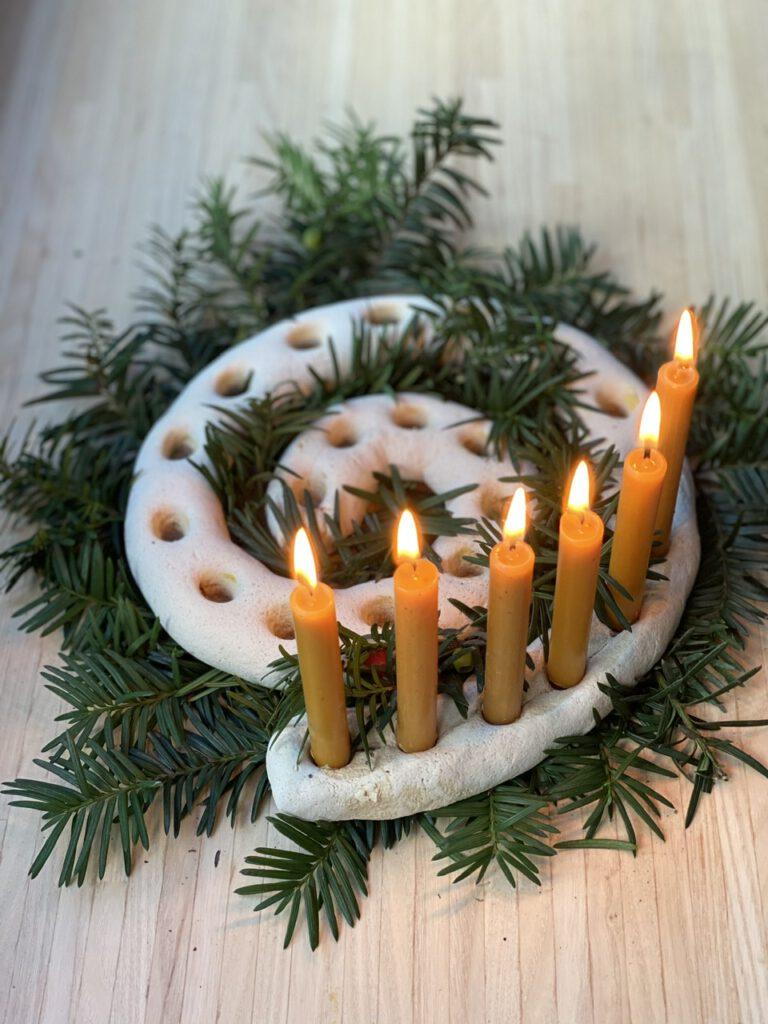 Adventsspirale Waldorf-Art: Hier stecken 6 Kerzen in der Spirale.