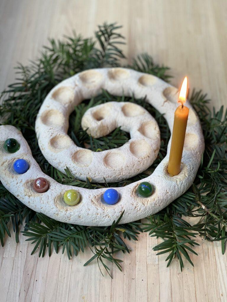 Salzteig-Spirale mit 6 bunten Murmeln und 1 Bienenwachs-Kerze