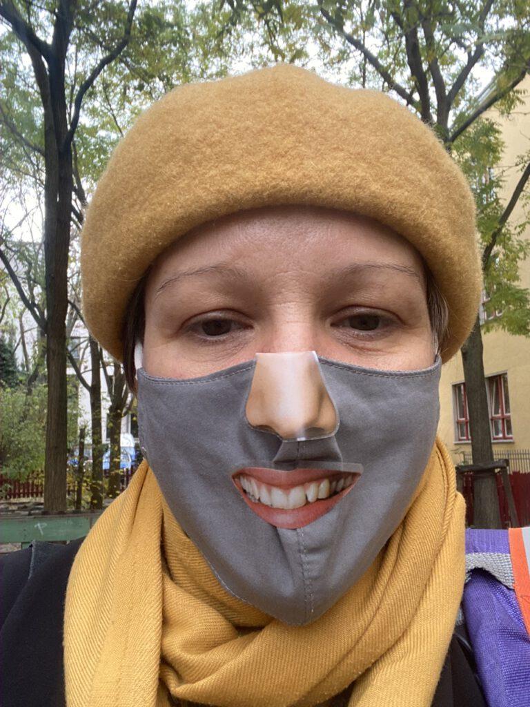 Ich mit Maske und Maskensticker (Nase und Mund)