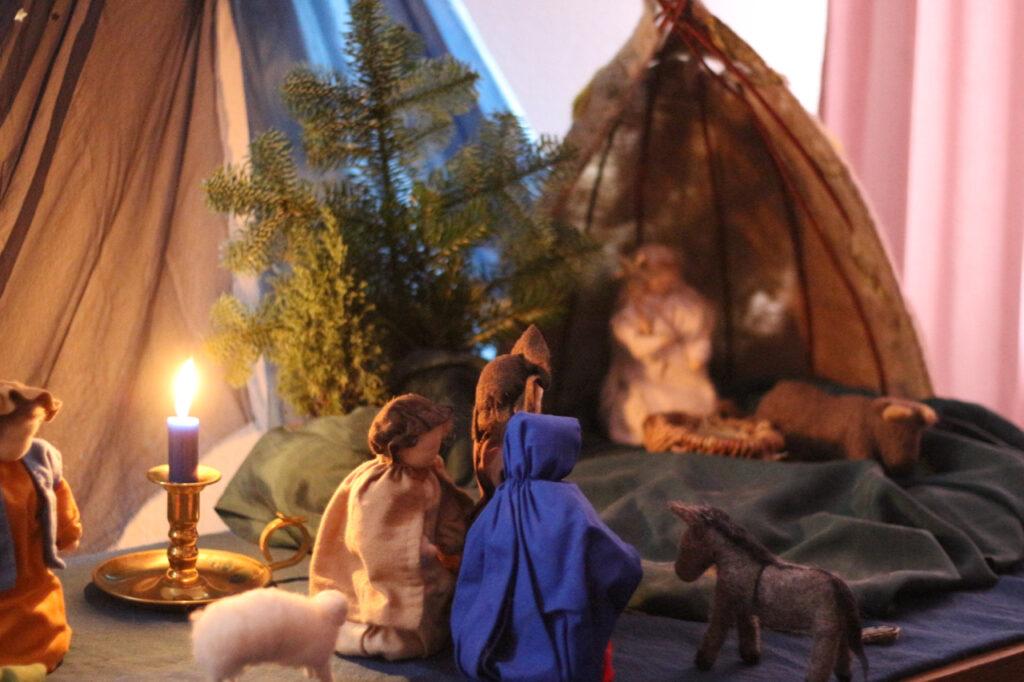 Waldorf Adventskalender mit Krippe aus Filz, blauem Tuch mit Sternen und mehreren Wollfiguren