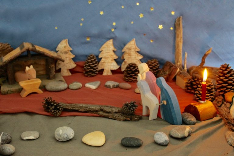 Waldorf-Adventskalender / Landschaft mit Tüchern und Steinen und Zapfen-Bäumen sowie Ostheimer-Figuren