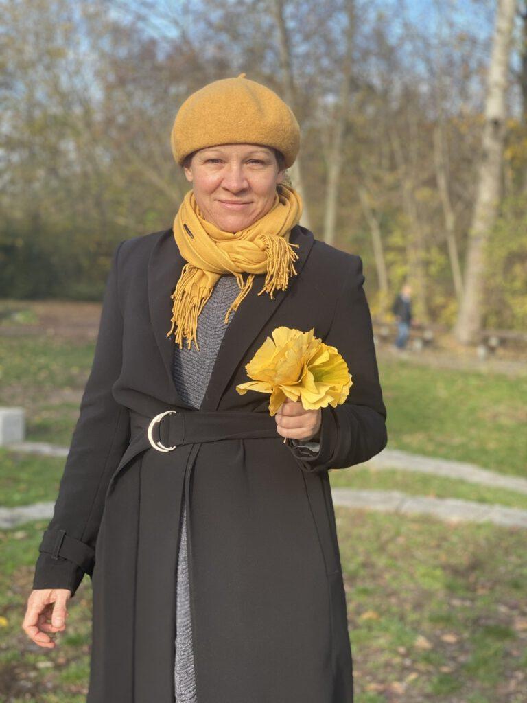 Glücksmomente im November 2020, Nr. 2: Ich mit einem Strauß Gingko-Blättern in der Hand, lächelnd