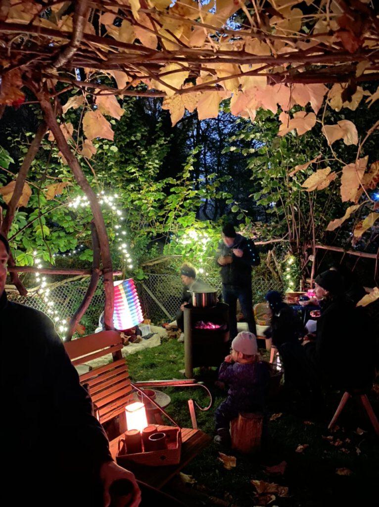 Glücksmomente im November 2020, Nr. 1: Veranda mit Weinblättern und mit Laternenfest und Leuten