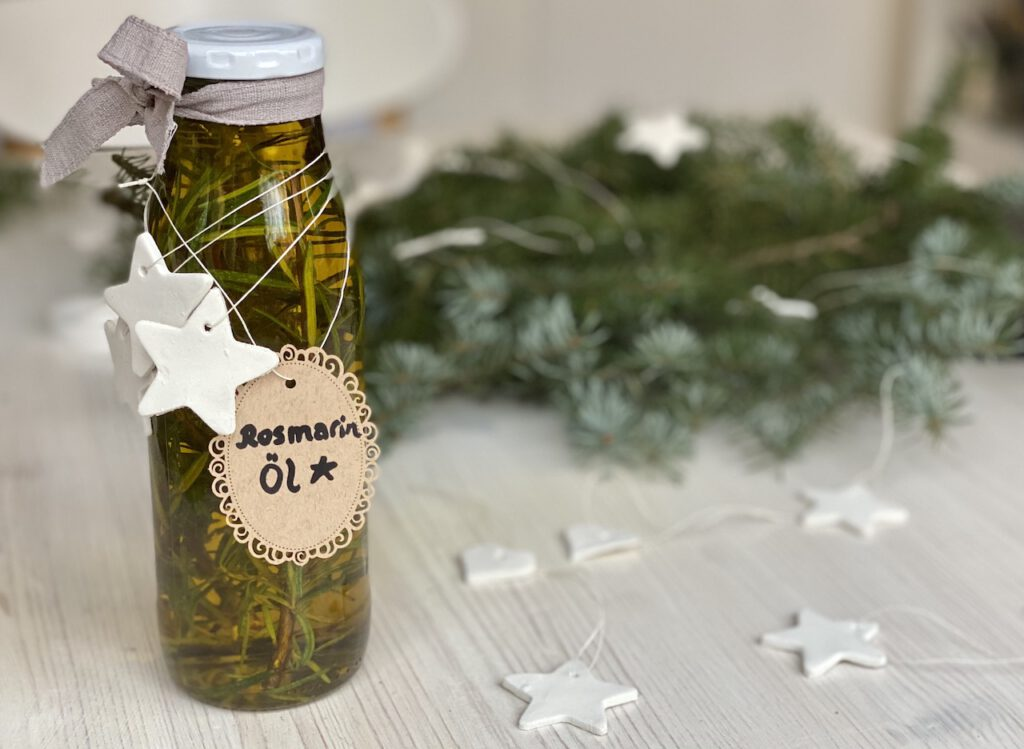 Schnelle DIY Geschenke Idee 3: Flasche mit Rosmarin-Öl, darum wieder weiße Sternen-Anhänger gebunden.