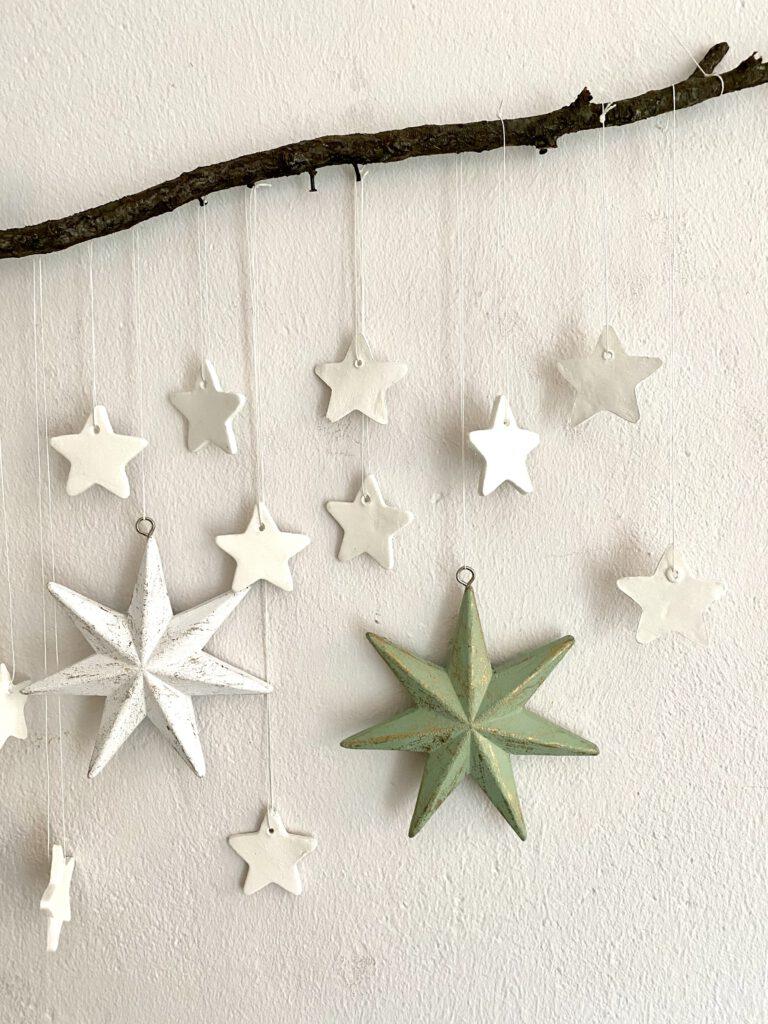 Mobile mit Sternen: Detail mit ca. 10 weißen, 1 großen hellgrünen und einem großen weißen Stern