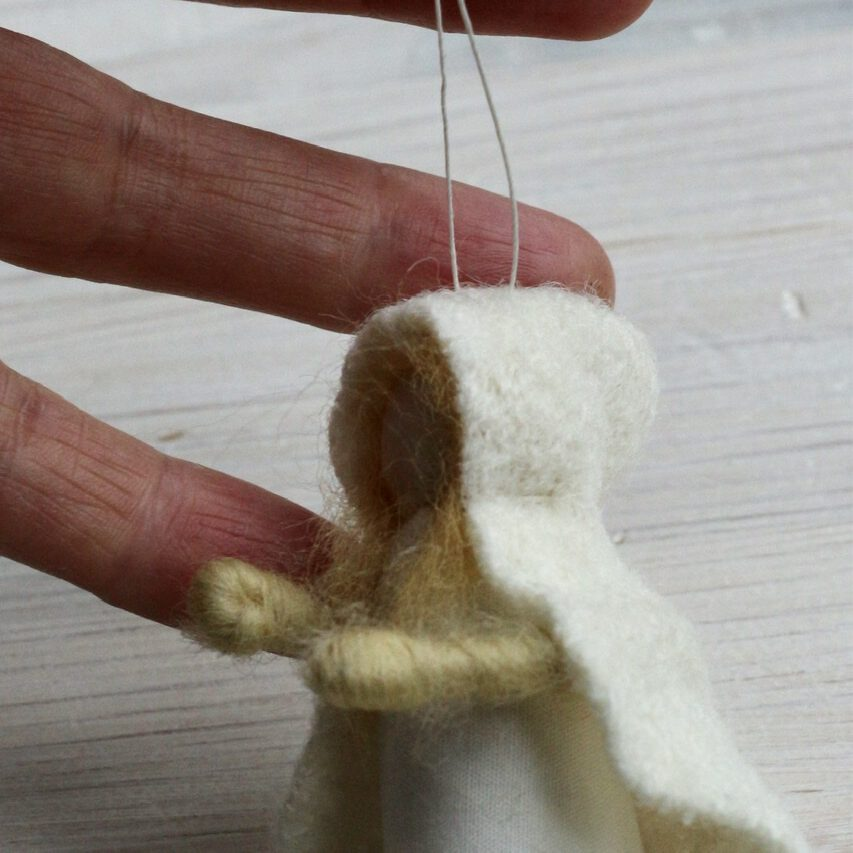 Jahreszeitentisch-Puppen selbst machen: Aufhängefaden einziehen