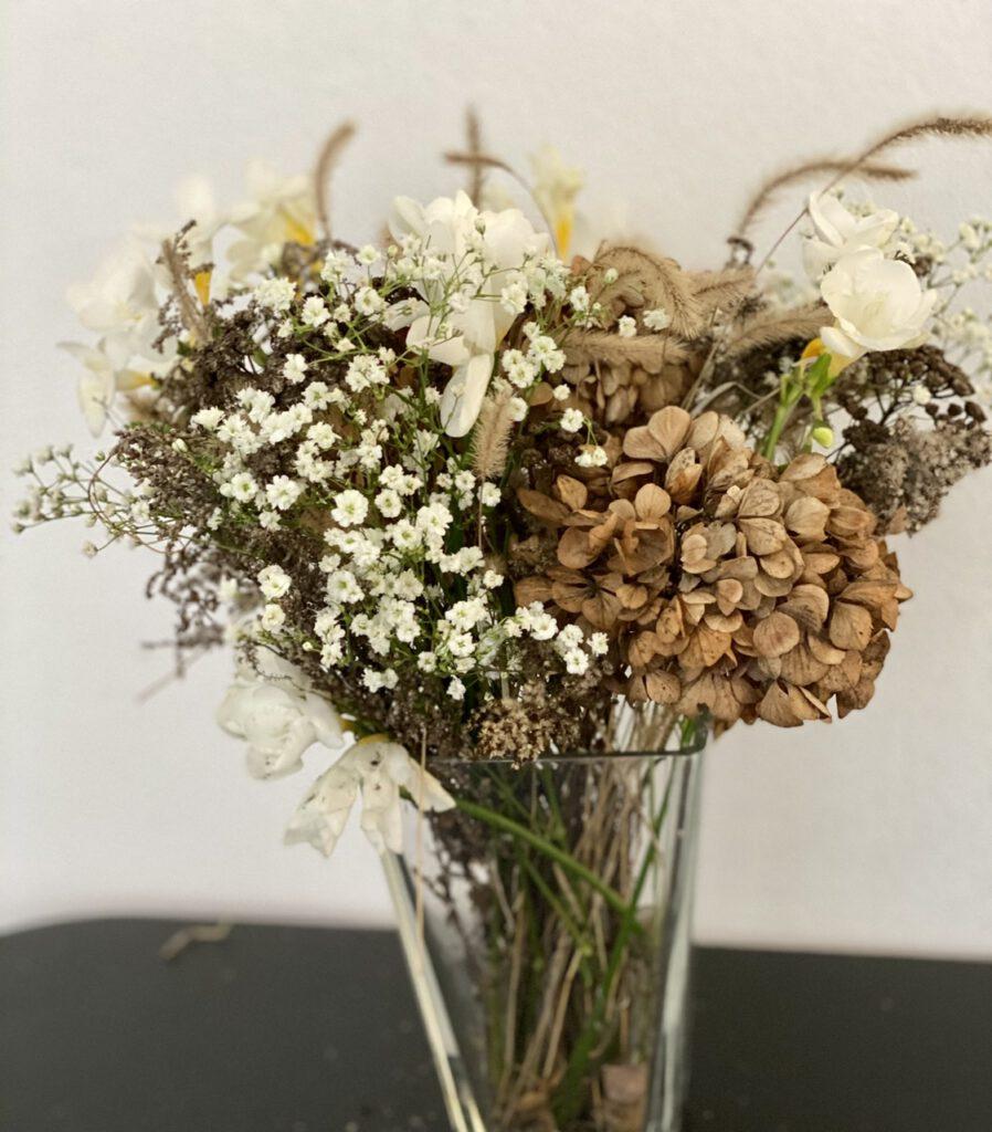 Winterstrauß mit getrockneten Hortensien und Freesien