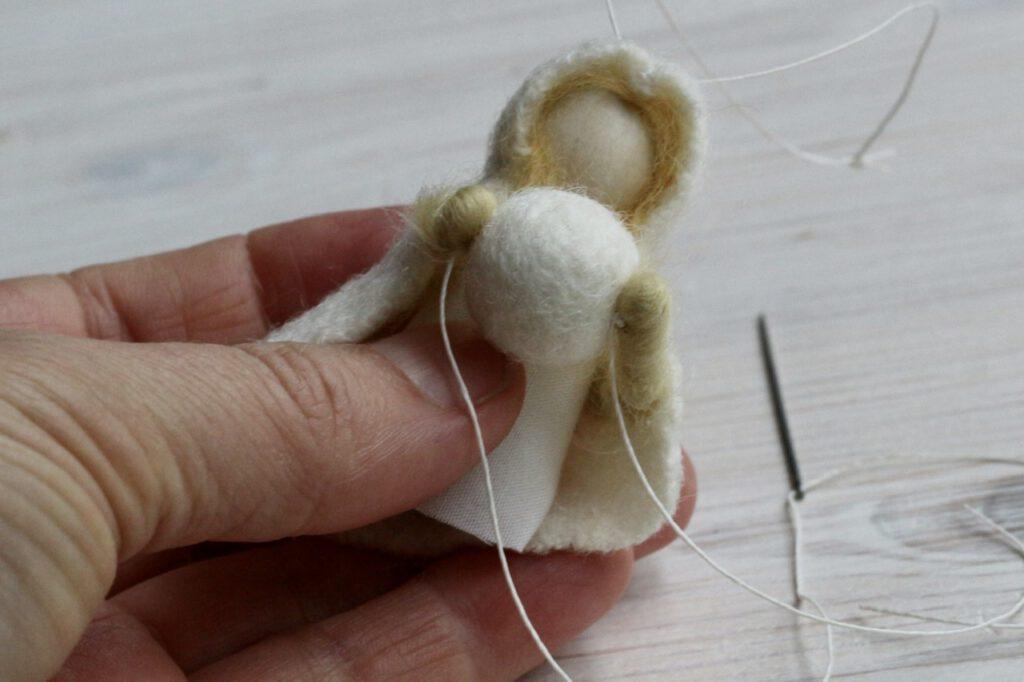 Jahreszeitentisch-Puppen selbst machen: Schneeball befestigen