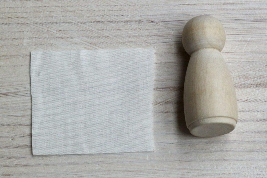 Jahreszeitentisch-Puppen selbst machen: Holzfigur mit Stoff für Unterkleid (Größenverhältnis)