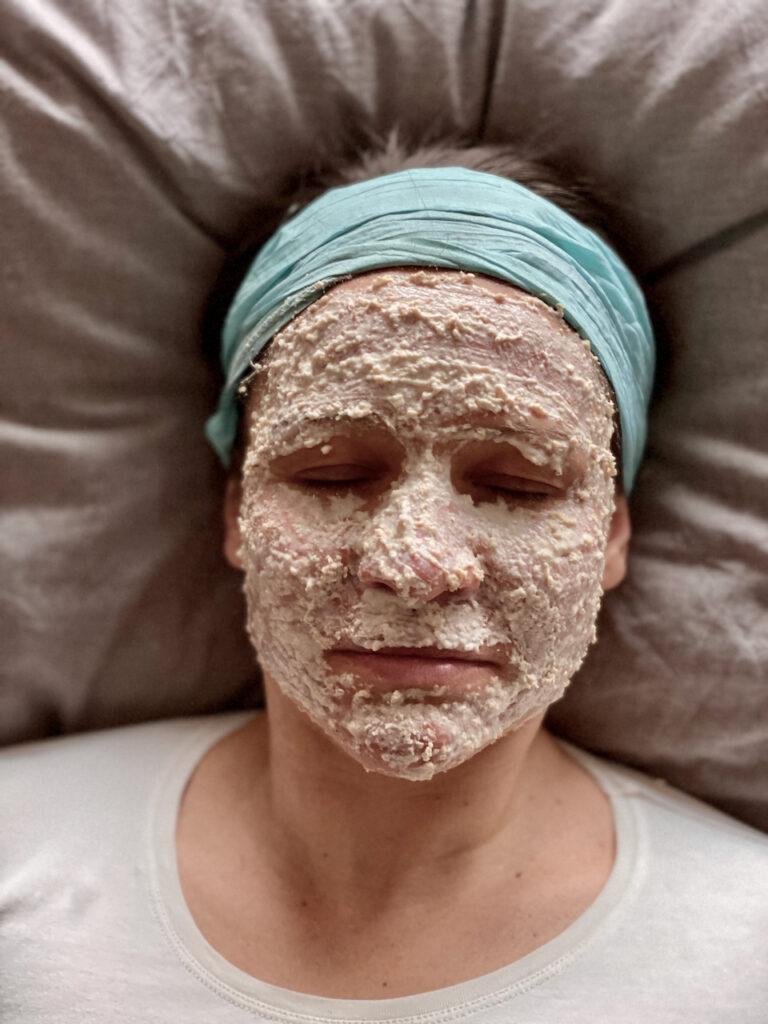 Ich schlafend mit Hafermaske im Gesicht von oben auf Kissen