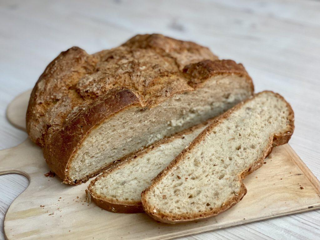 Einfaches Brot backen und so ein tolles Ergebnis: Zwei Scheiben vom Haferflocken-Quark-Brot abgeschnitten auf dem Brett liegend