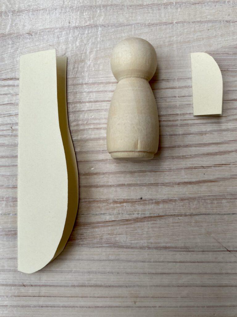 Schnittmuster für Weidenkätzchen-Blumenkinder und Holzfigur daneben