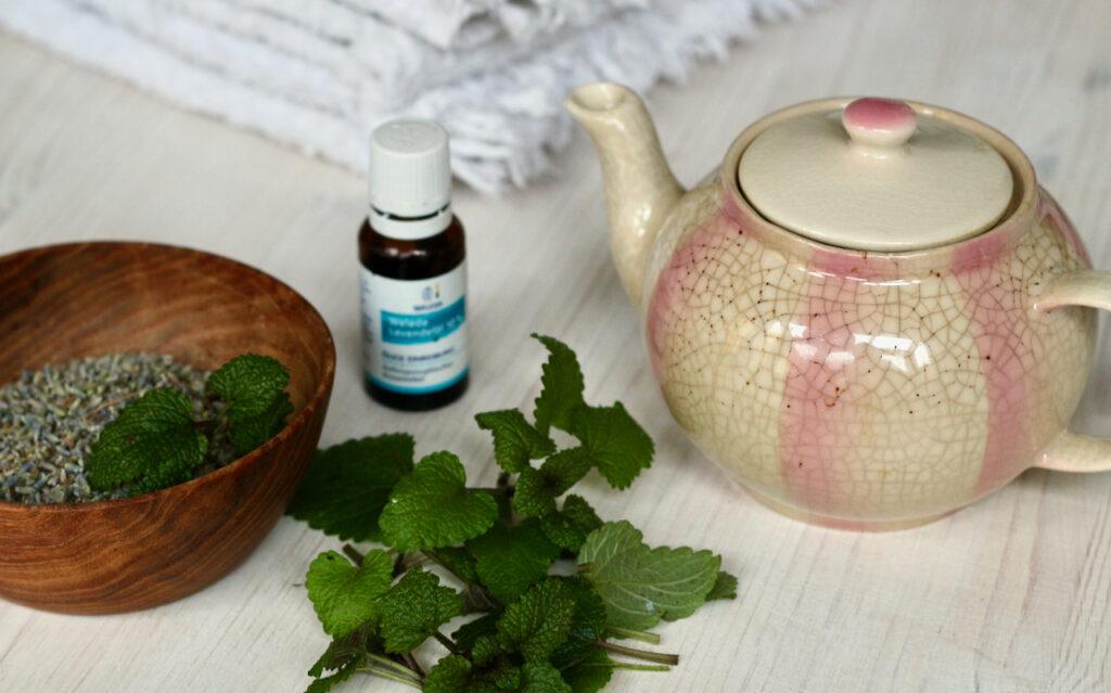 Alle Zutaten für ein entspannendes Bad mit Lavendel und Melisse, ZB frische Melisse und Lavendelblüten für einen Sud.