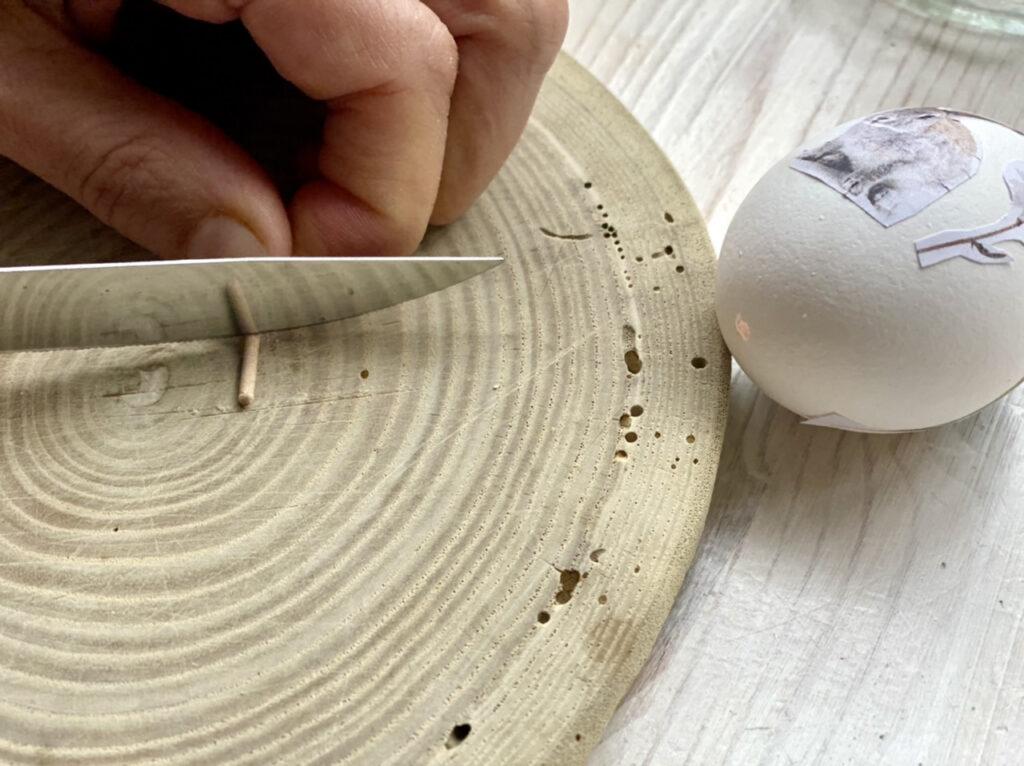 Ostereier mit Blumen verzieren: Kerbe in Holzstäbchen schneiden