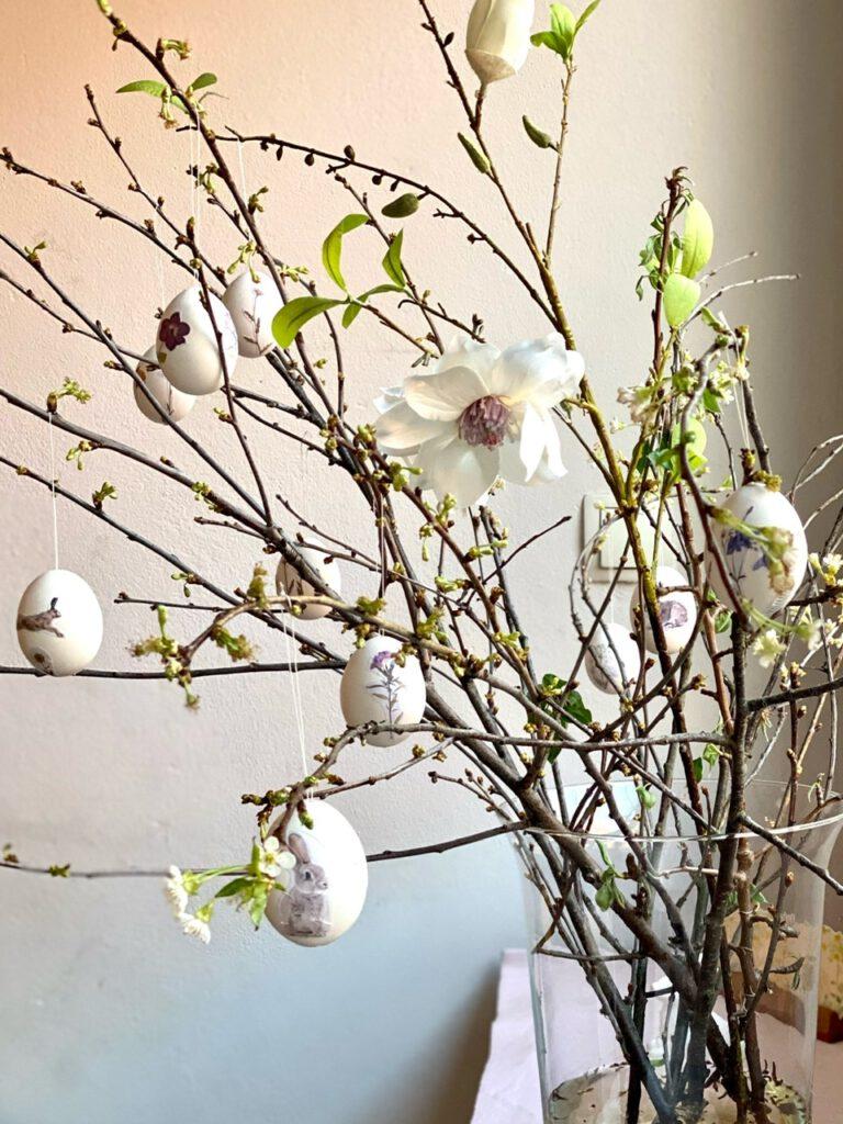 Strauß mit verschiedenen beklebten Eiern, mit Magnolienblüte