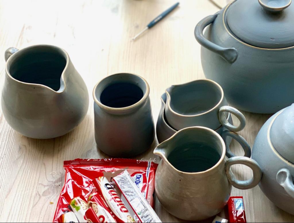 Auch schönes Geschirr (hier: drei kleine Milchkrüge und 2 Suppenterrinen in blaugrau) kann einer von 11 Glücksmomente des Monats April 2021 sein.