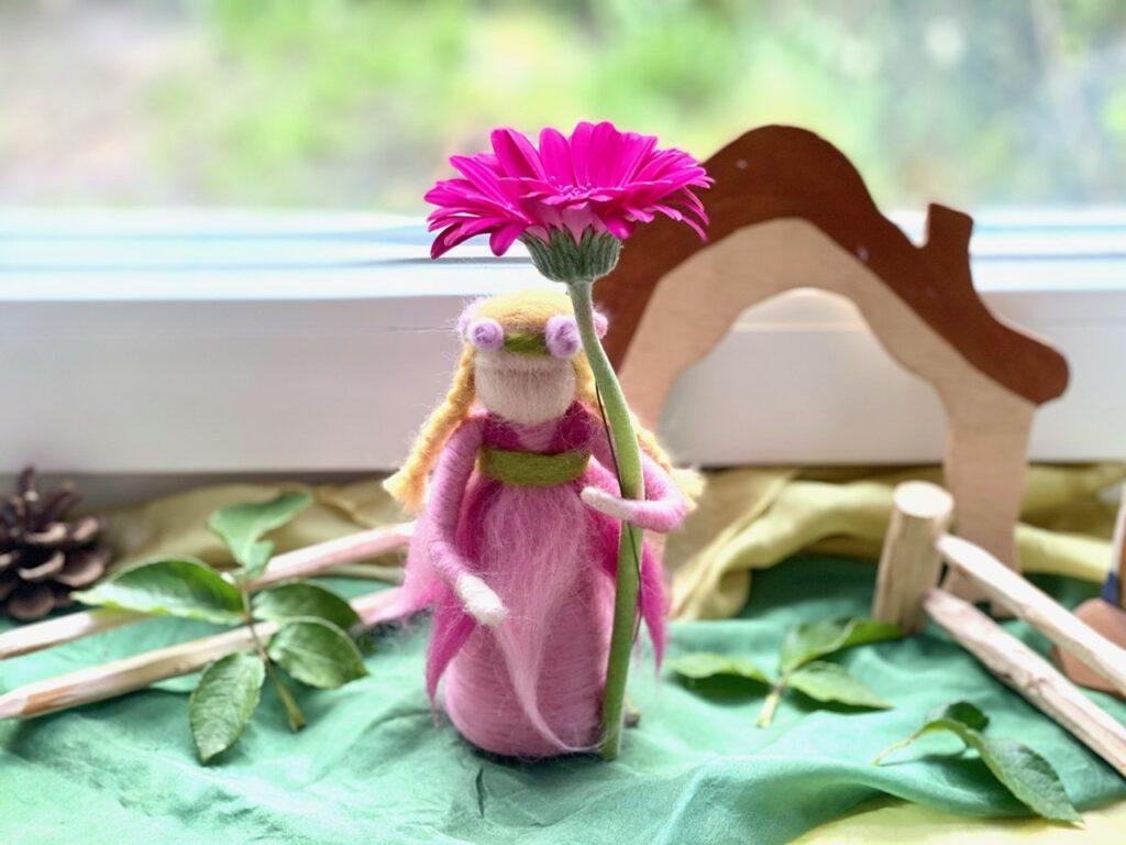 Blumenkind / Rosenelfe auf Jahreszeitentisch