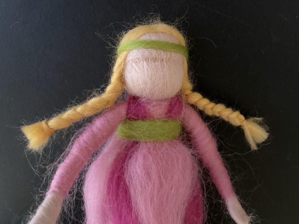 Blumenkind filzen: Hie rmit geflochtenen Zöpfen und Stirnband aus grüner Wolle