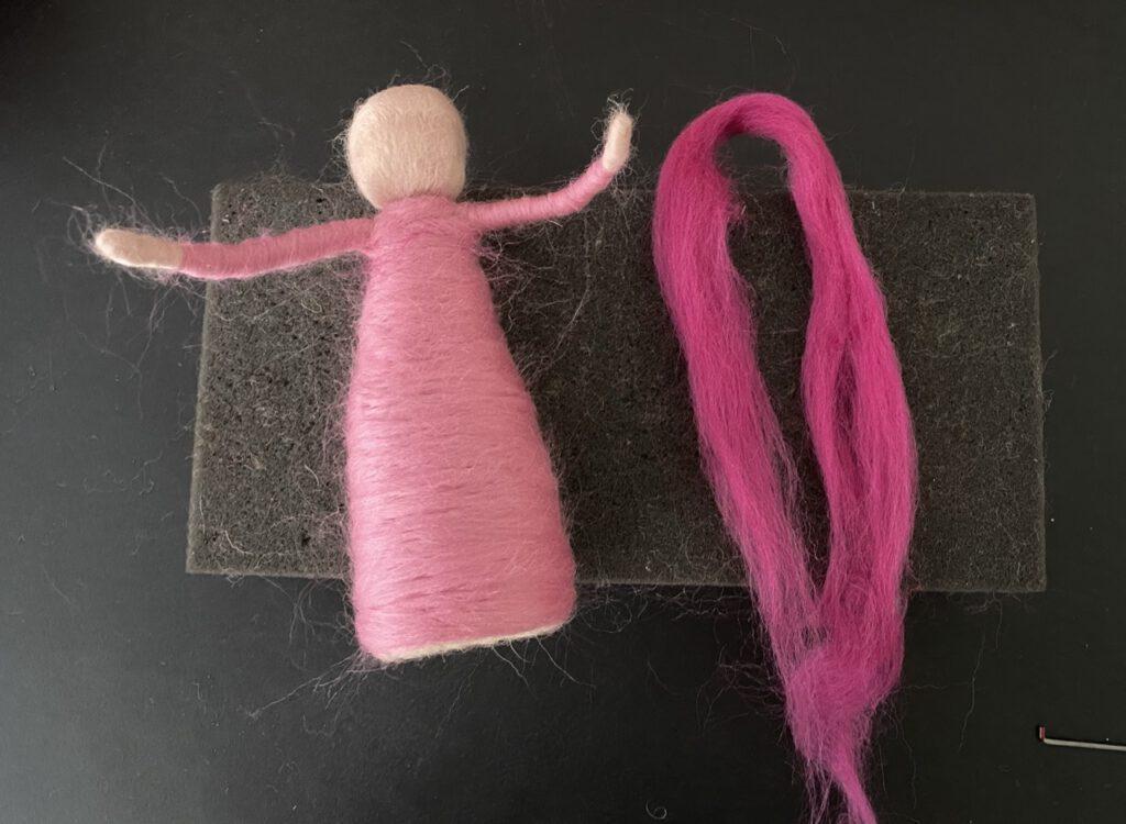 Blumenkind filzen : Körper/Kleid mit rosa Wolle umwickelt