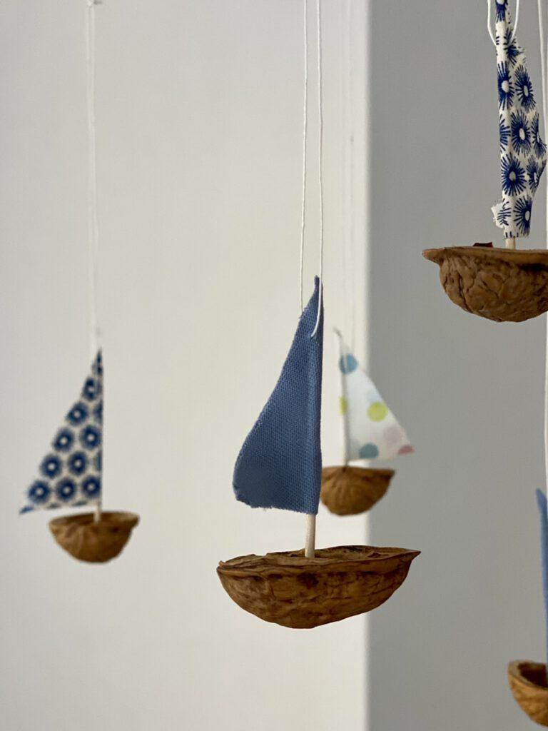 Ein Schiff des Mobiles vorn (hellblaues Segel), drei andere unscharf dahinter