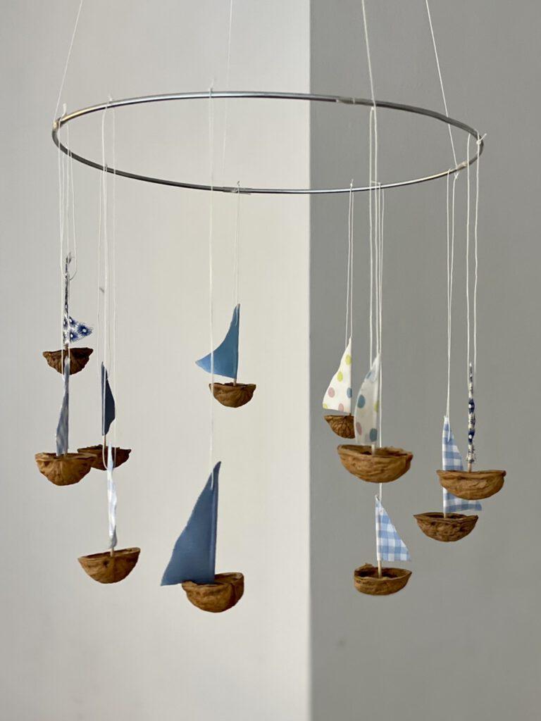 Segelschiff-Mobile vor Mauer Wand