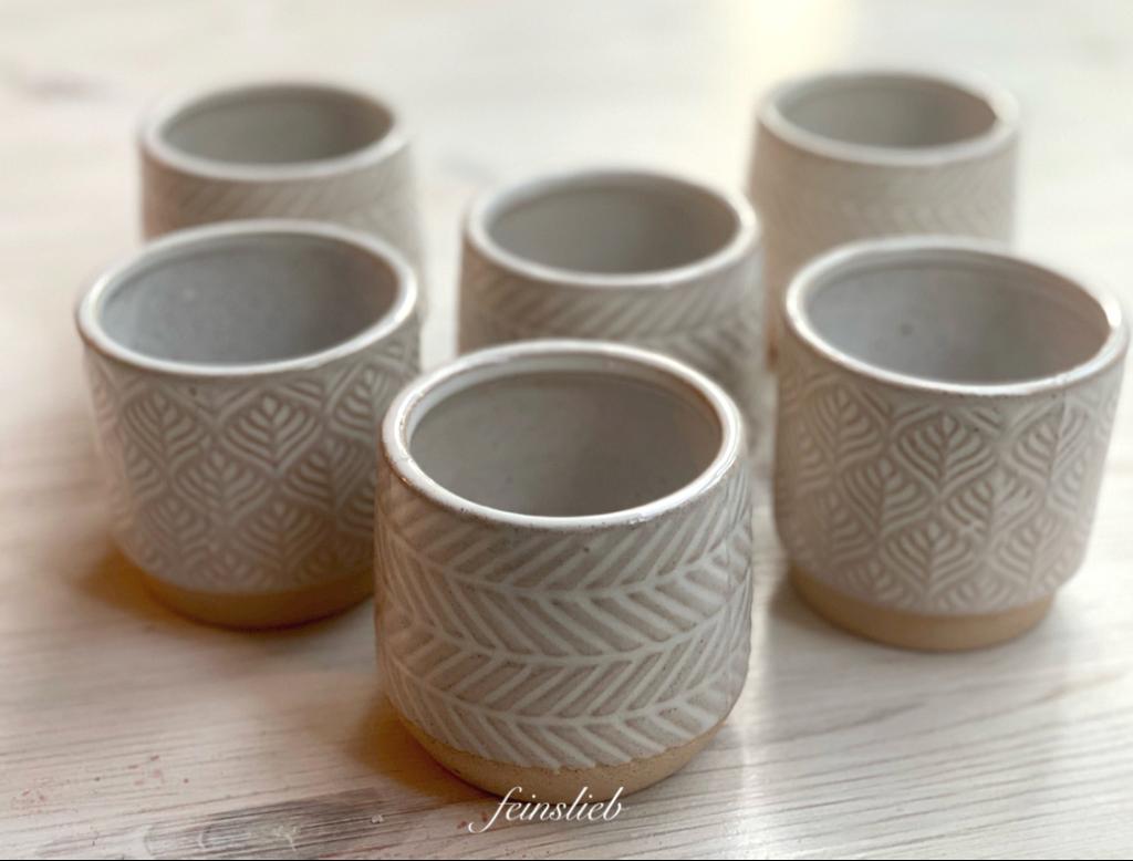Niedrige naturweiße Vasen aus Ton mit weißem Muster drauf: Einer meiner Glücksmomente des Monats Juni 2021