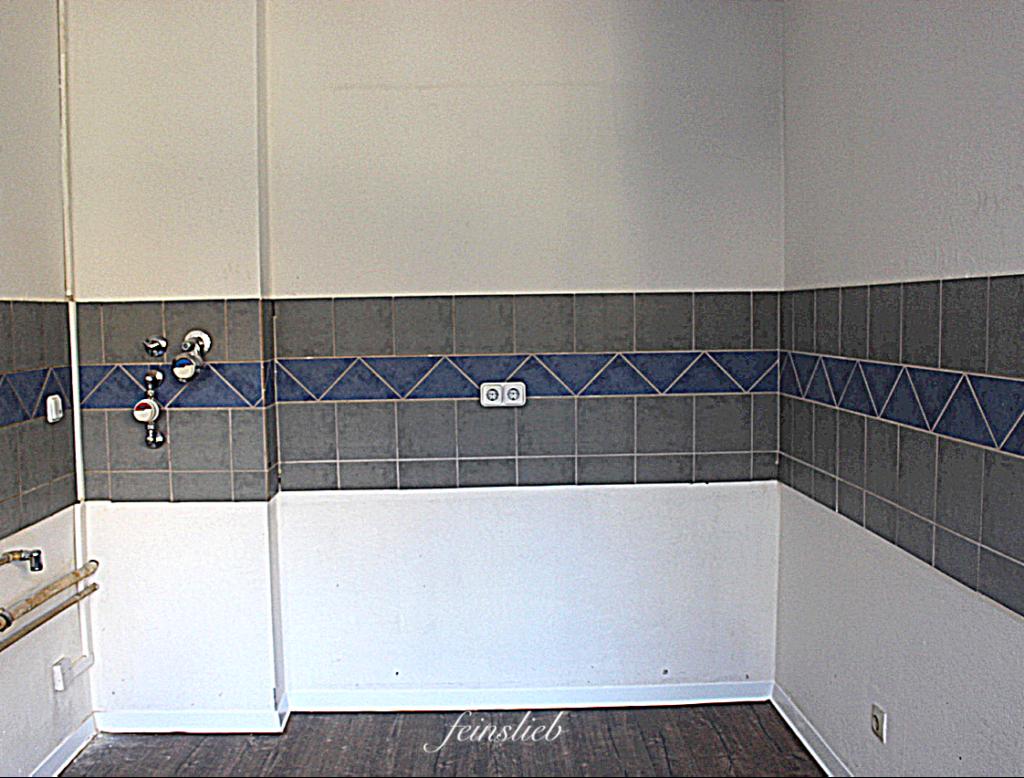 Küche mit blau-grauen Fliesenband in einer Wohnung in Berlin -Wedding.
