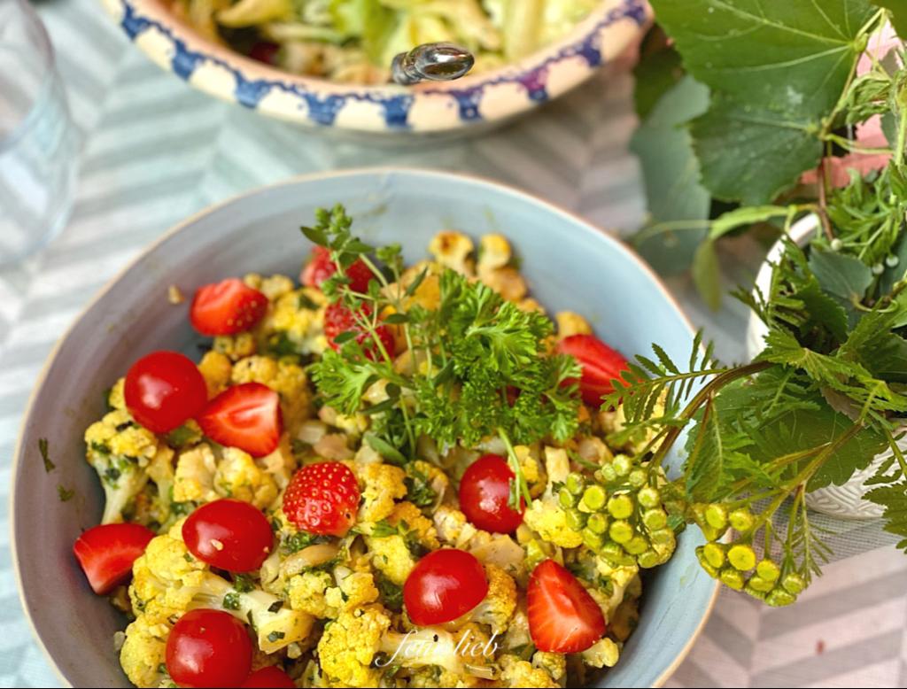 Mein liebstes Gemüse-Grill-Rezept dieses jähr: orientalisch marinierter Blumenkohl mit mediterranen Kräutern und Zitrone, von oben fotografiert.