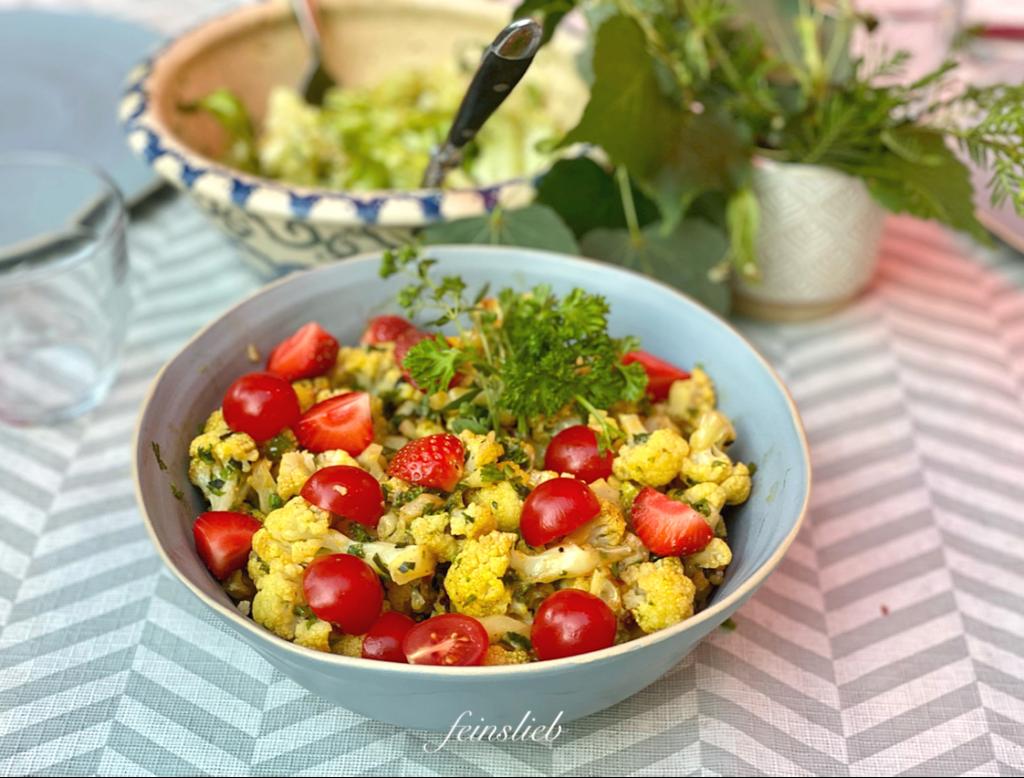 gedeckter Tisch mit Blumenkohl-Salat als Grillbeilage in hellblauer Salatschüssel