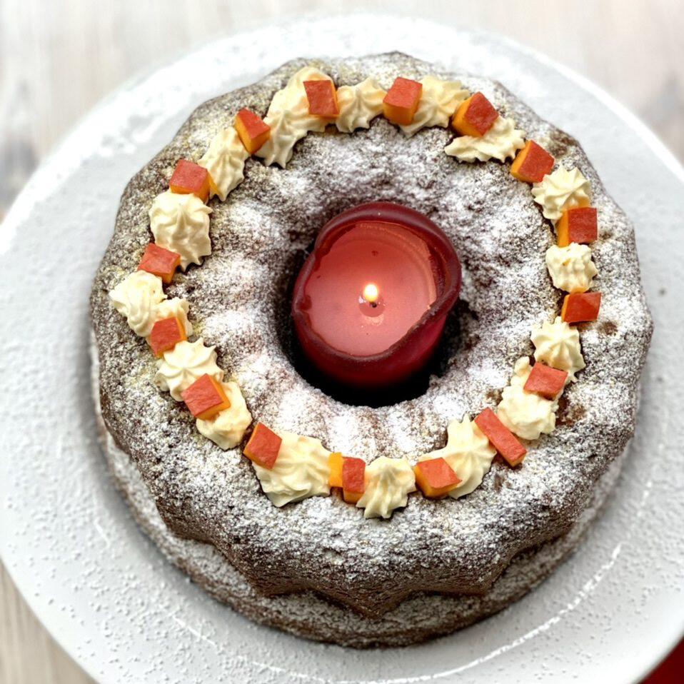 Saftiger Kürbiskuchen von oben, mit Kerze in der Mitte